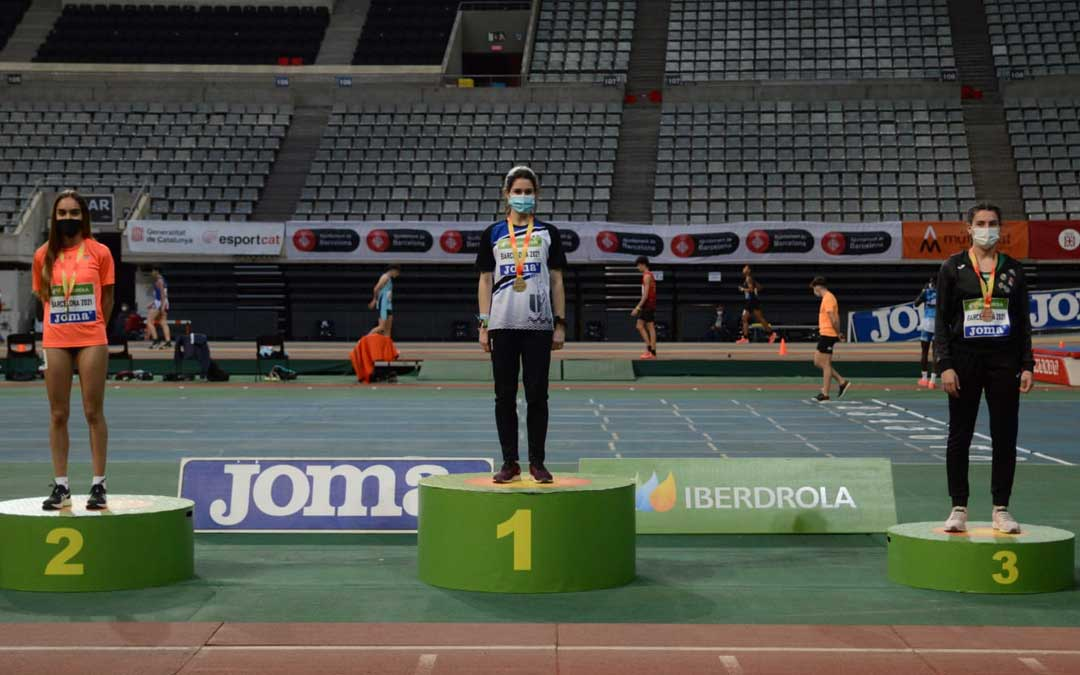 Laia Zurita en lo más alto del podio de los 400 m. lisos. Foto: Twitter Ayto. Aguaviva