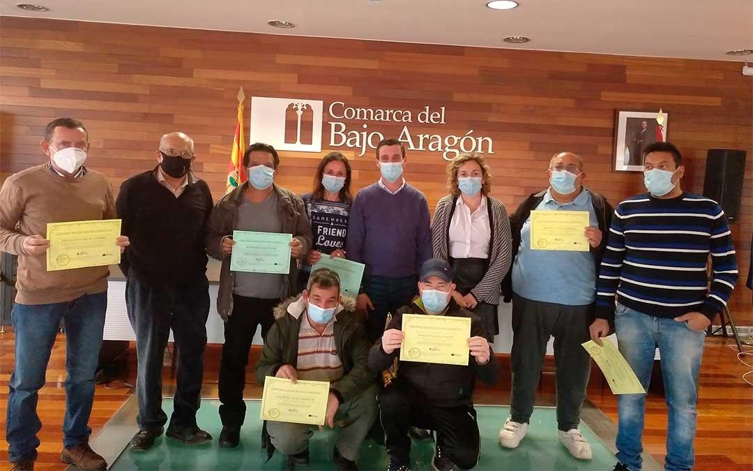 Entrega de los diplomas de reconocimiento a los componentes de la brigada comarcal del Bajo Aragón./ Comarca del Bajo Aragón