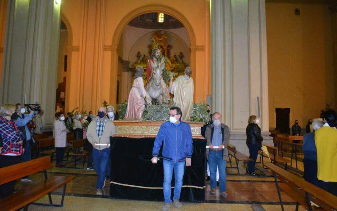 La burreta no sale de la iglesia en este Domingo de Ramos con misa pero sin procesión