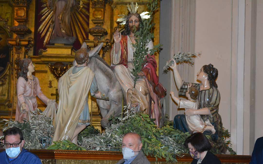 Representantes de las Cofradías llevando la Burreta dentro de la Iglesia./I.M.