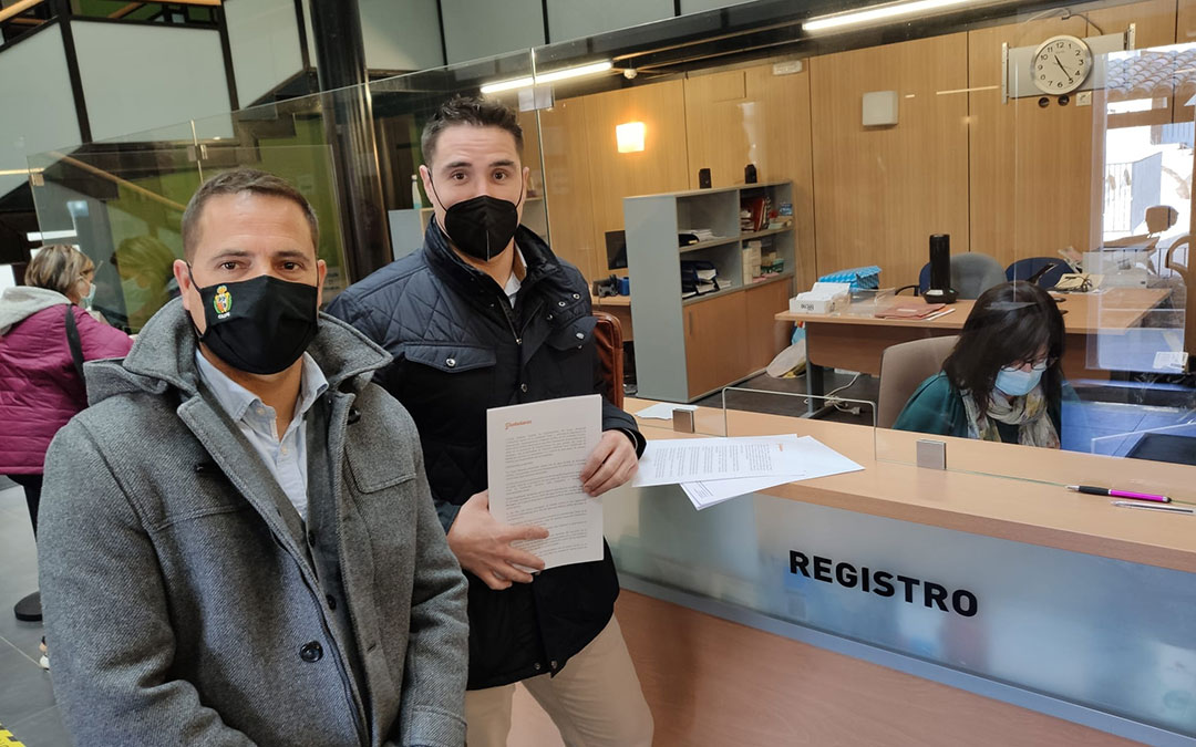 Concejales de Ciudadanos en Caspe, Cristian Poblador y Ramón Repollés, en el Registro./ Ciudadanos