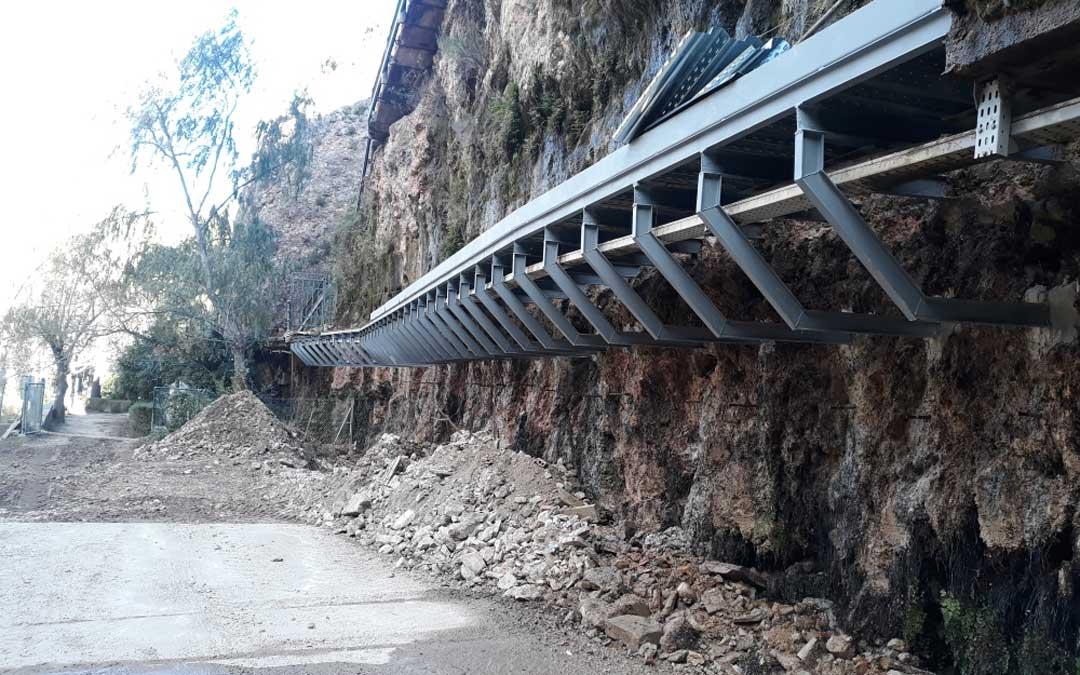 Pasarela de tomas de riego del embalse de Cueva Foradada en Oliete. / CHE