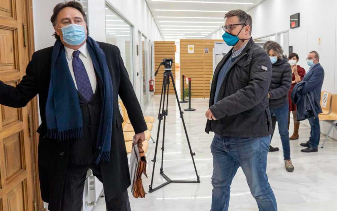 El gerente de Defabar, Gabriel García Gabín, junto a su abogado, el día en que se celebró el juicio en la Audiencia de Teruel./ Heraldo-Antonio García/Bykofoto