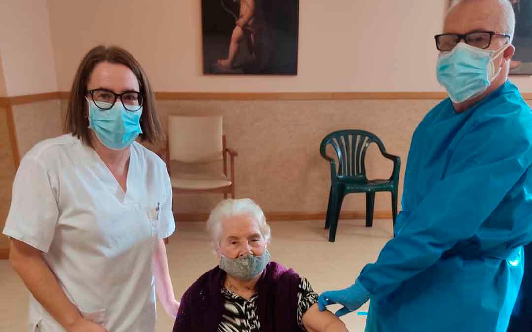 Lidia Ejarque, a sus 99 años, fue la primera residente del centro de Valderrobres en recibir la primera dosis de la vacuna. LA COMARCA