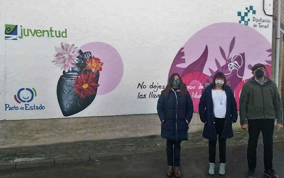 Traver frente al mural en Villarquemado junto al alcalde y la teniente de alcalde. / DPT