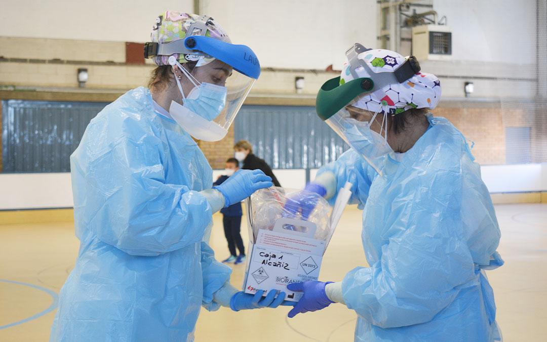 Hasta 120 PCR, sobre todo a escolares, se realizaron el domingo en el pabellón de Alcañiz para aliviar la presión asistencial del Centro de Salud. IULIA MARINESCU