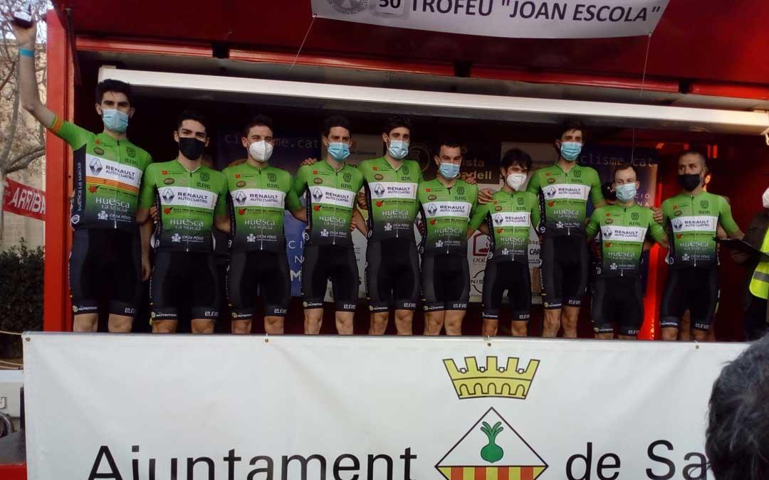 El equipo Huesca La Magia Renault en lo más alto del podio. Foto: c.C.O.