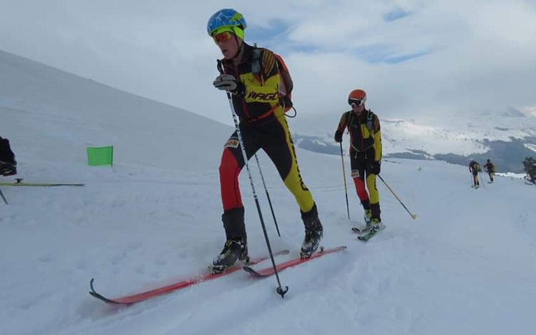 Los dos esquiadores de la categoría cadete en plena carrera. Foto: FAM