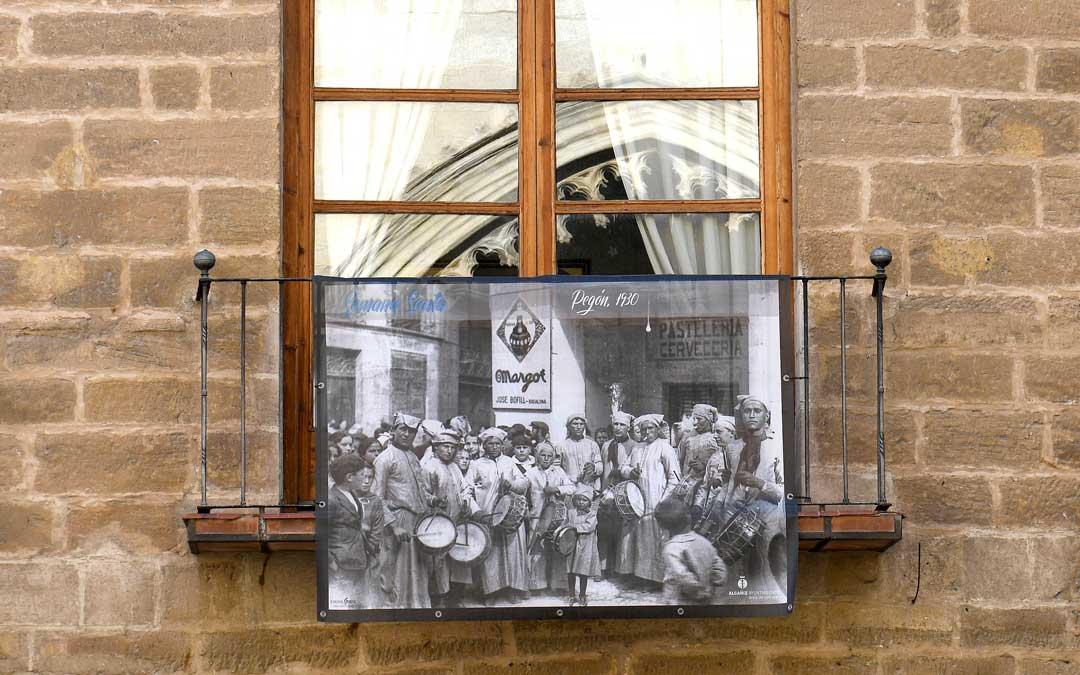 Se ha colocado una colección de fotografías de gran formato sobre la Semana Santa de Alcañiz en diversos espacios públicos / Ayto. Alcañiz
