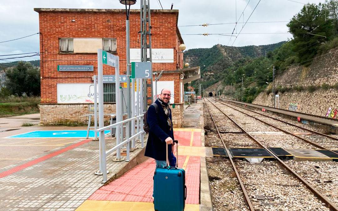 El senador de Teruel Existe, Joaquín Egea, en la estación de Fayón/Faió-La Pobla de Massaluca, el pasado miércoles.