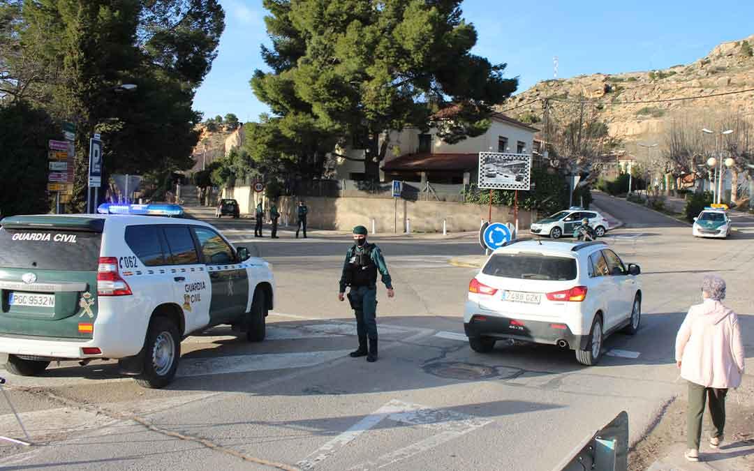 Amplio despliegue de Guardia Civil ayer en la ronda de Caspe, en Alcañiz, para controlar el cumplimiento de las restricciones y disuadir la celebración del Choricer. LAURA CASTEL