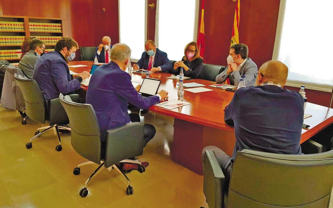 Reunión de la consejera Pérez con los agentes sociales turolenses sobre el estado actual del FITE y sus avances / DGA