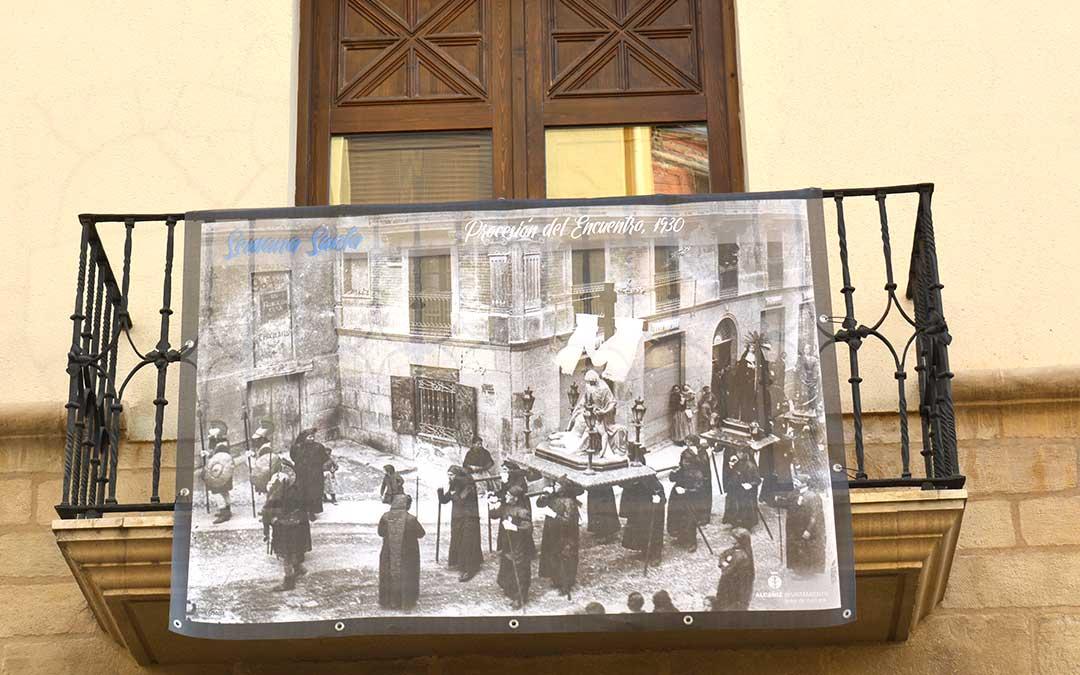 Una de las siete fotografías que conforman la exposición está colgada en el balcón del espacio municipal 'el Liceo'./ M.C.