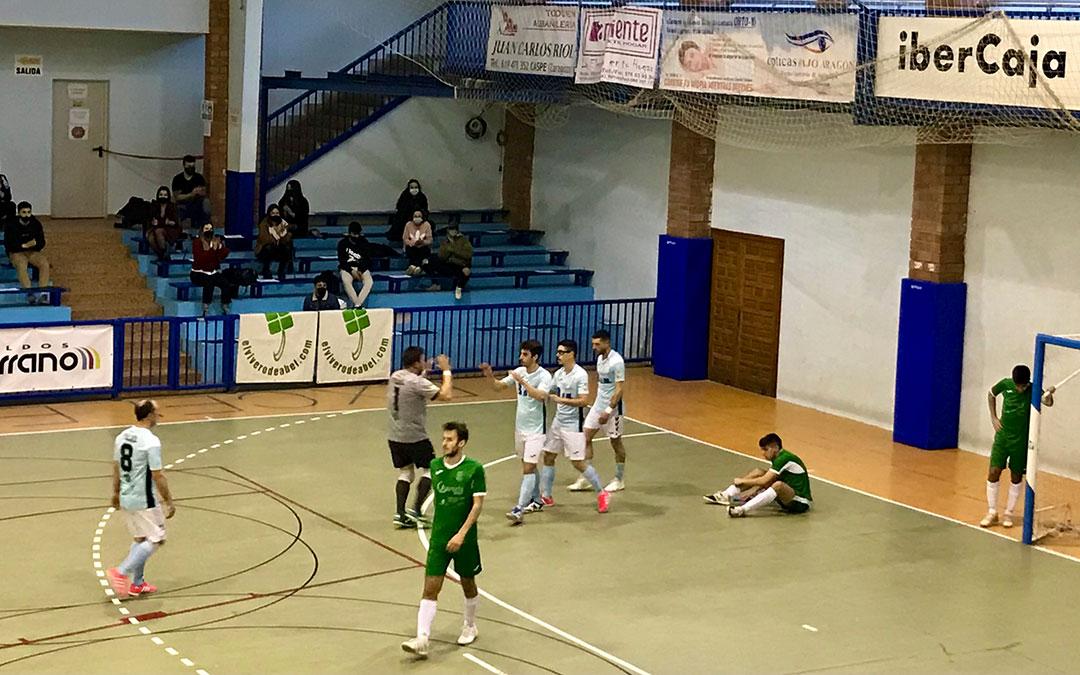 Uno de los goles del Caspe, celebrado en el pabellón Manuel Barriendos. L.Q.V.