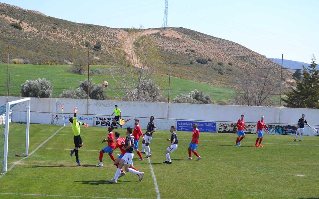 La falta botada por Osorio que supone el cuarto gol de los alcañizanos. Foto: J.V.
