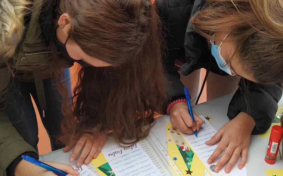 Juventud Bajo Martín organizó un taller de postales y mensajes navideños entre los adolescentes para dedicarlos a los mayores de las residencias. / Juventud Bajo Martín