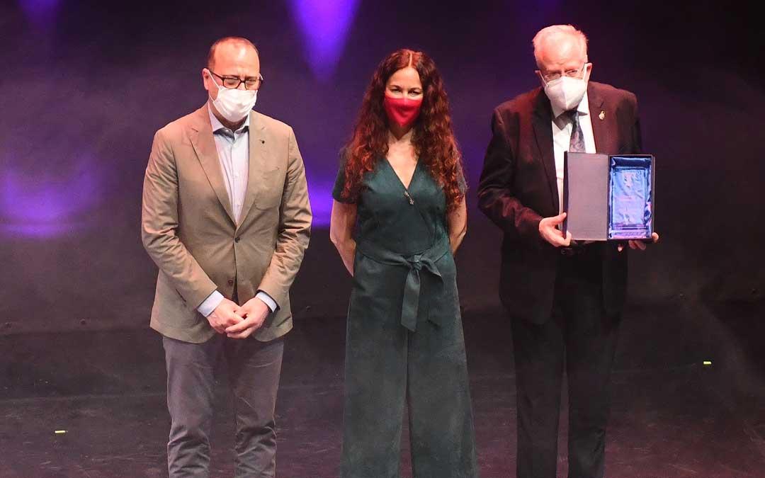 Micolau con el premio honorífico / Manuel F. Mimaya