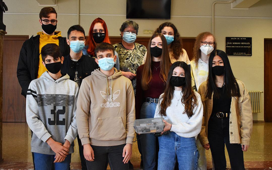La profesora Montse Pi y los diez alumnos de la clase de 2º de bachillerato de tecnología industrial del IES Mar de Aragón de Caspe.