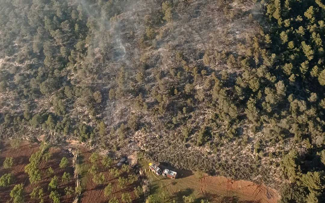 Imagen aérea de la zona donde se declaró el incendio, a causa de una quema en olivar que se descontroló./ Agentes de Protección de la Naturaleza
