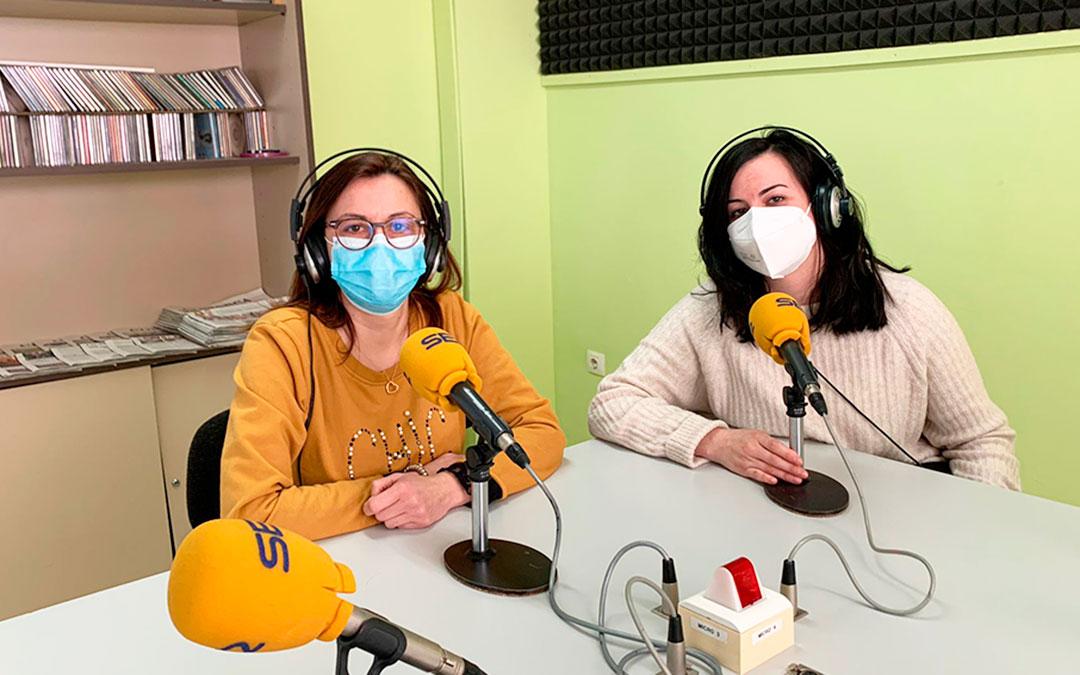 La consejera de Servicios Sociales del Bajo Aragon-Caspe, Ana Jarque, y la presentadora de Radio Caspe, Laura Quílez.