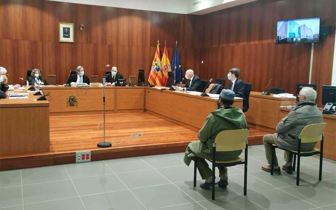 El empresario, en la silla de la derecha, durante la celebración del juicio en la Audiencia de Zaragoza./ M. A. C.