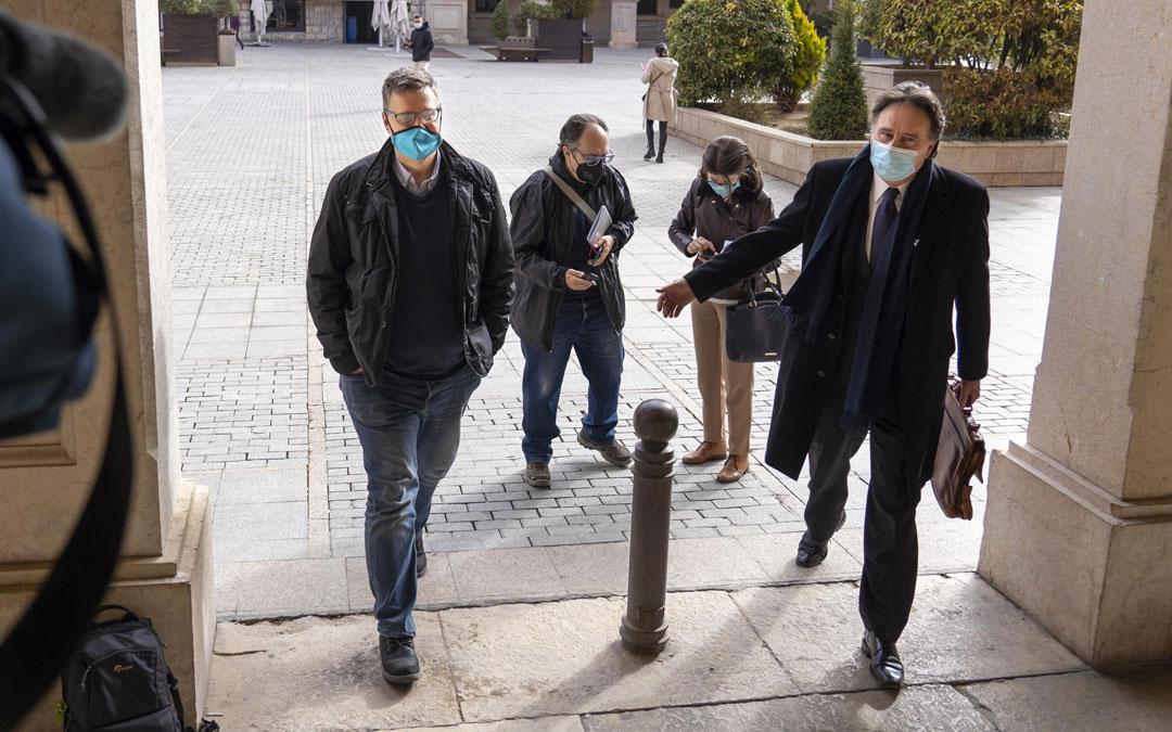 El gerente de Defabar, Gabriel García Gabín -a la izquierda- llega a la Audiencia de Teruel junto con su abogado, Juan Carlos Macarrón. / Antonio García/Bykofoto - Heraldo
