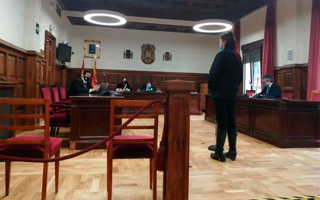 La acusada, en un momento de su declaración este martes en la Audiencia de Teruel./ M. A. M.