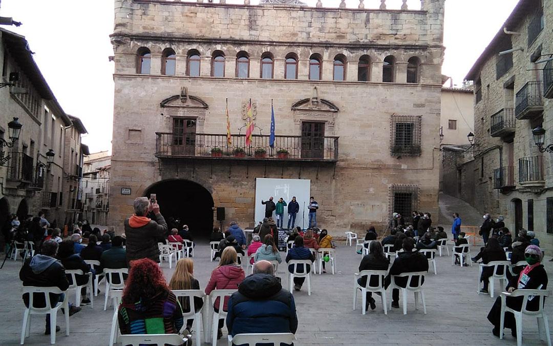 La Plaza Mayor de La Fresneda durante el acto, protagonizado por los tres deportistas del Matarraña Team./ Gent del Matarranya