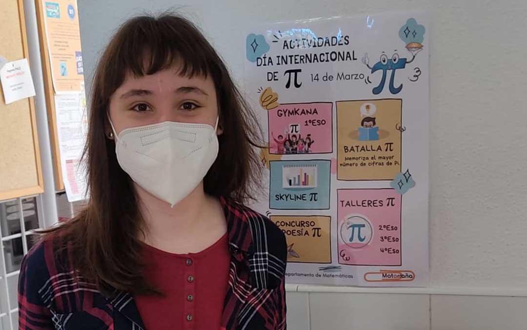 Ganadora de la batalla del número pi. María Pilar consiguió memorizar un total de 509 cifras. Posa junto al cartel que anunciaba las actividades./ IES Mataraña