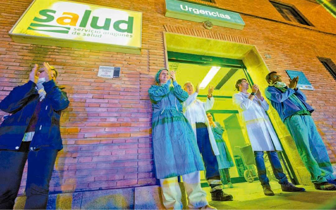 Apoyo. Los españoles salieron a aplaudir en sus balcones o ventanas a los sanitarios que trabajaban sin descanso para luchar contra el covid. CESÁREO LARROSA