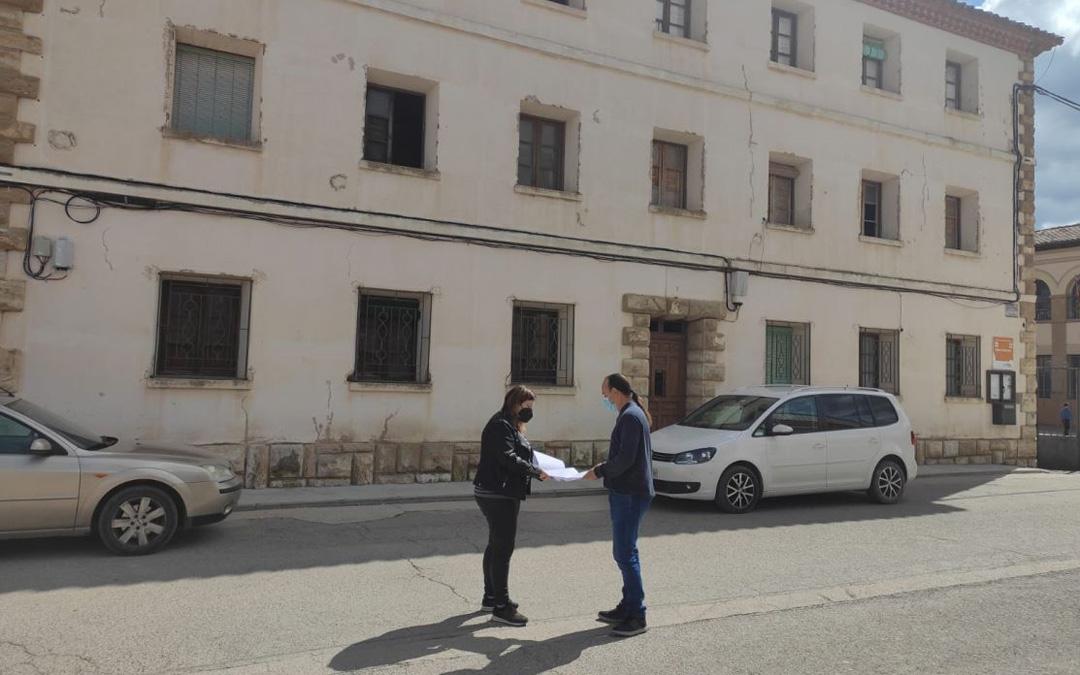 La alcaldesa, María Ariño, y el primer teniente de Alcalde, Marcos Perdiguer, ante la Casa de los Maestros. / Ayto. Mas de las Matas