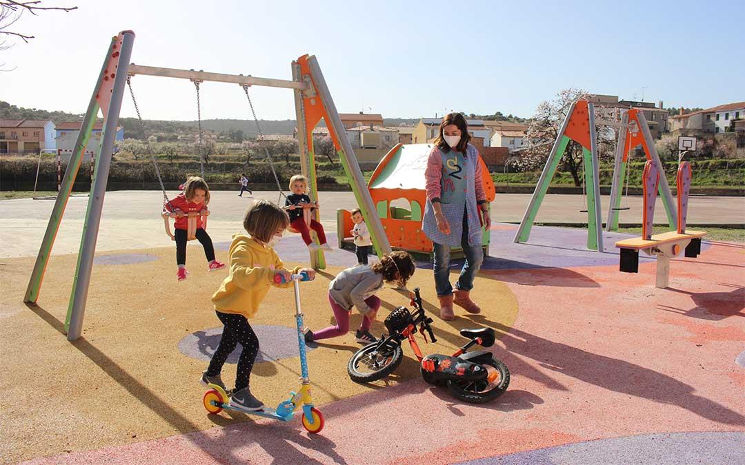 Niños de La Mata de los Olmos jugando en el parque infantil. en marzo / Laura Castel