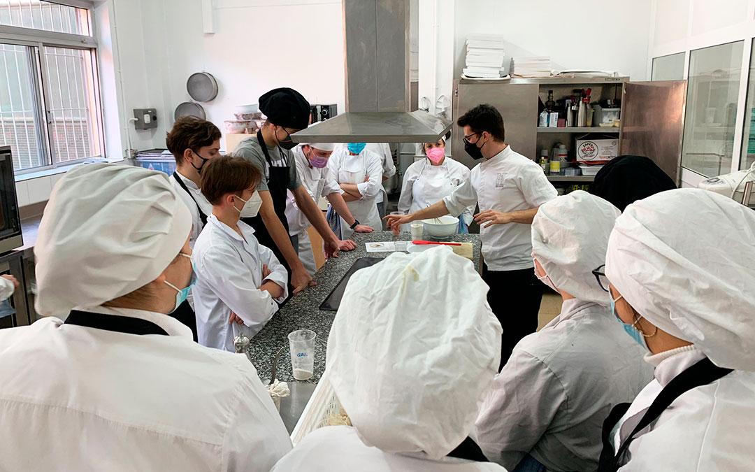 Mateo Sierra y los alumnos de la Escuela de Hostelería del IES Mar de Aragón de Caspe durante la Masterclass.