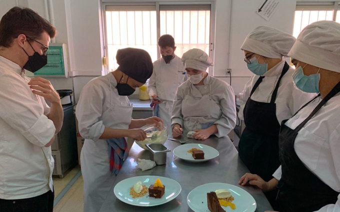 Raúl Bernal y Mateo Sierra realizan una Masterclass con los estudiantes de la Escuela de Hostelería de Caspe