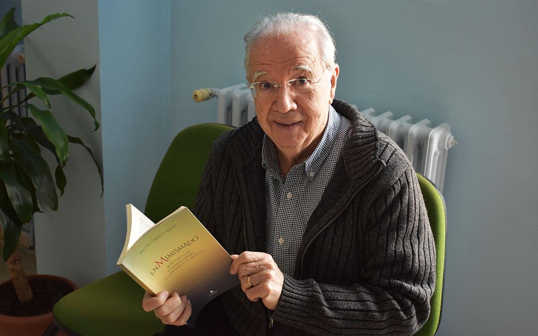 El escritor caspolino Miguel Caballú con su nuevo libro. L.Q.V.