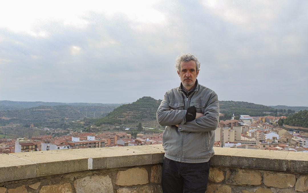 Santesmases, en la balconada de la explanada del Parador de Alcañiz desde donde se divisa buena parte de paisaje bajoaragonés que quedará reflejado en la película. / B. Severino