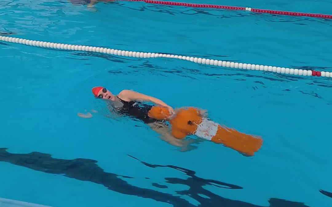 Aroa Piquer en uno de los ejercicios que realizó en la piscina de Calatayud. Foto: D.G.