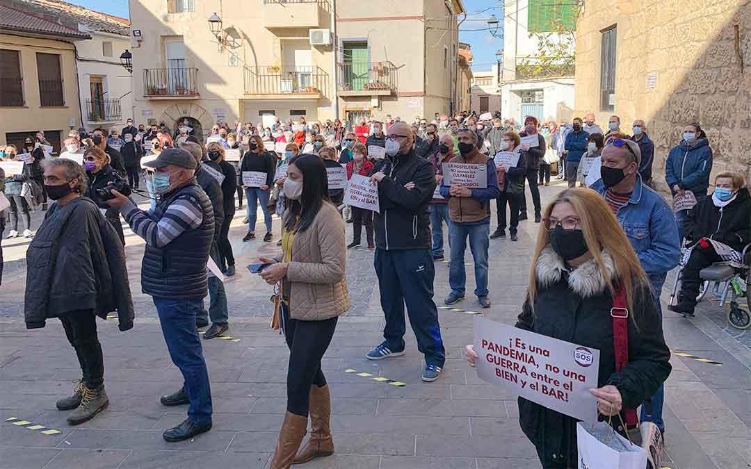 Hostelería, comercio y empresarios de Andorra se manifestaron en la plaza del Ayuntamiento para exigir que les permitan trabajar. Se presentaron como la «solución» y no «el problema». M. Q