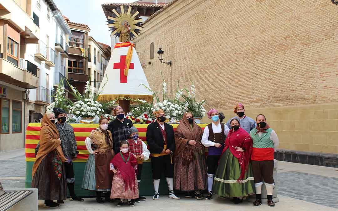 Miembros del Cachirulo dejando sus flores a la Virgen, que presidió la plaza de España en el día del Pilar. BEATRIZ SEVERINO