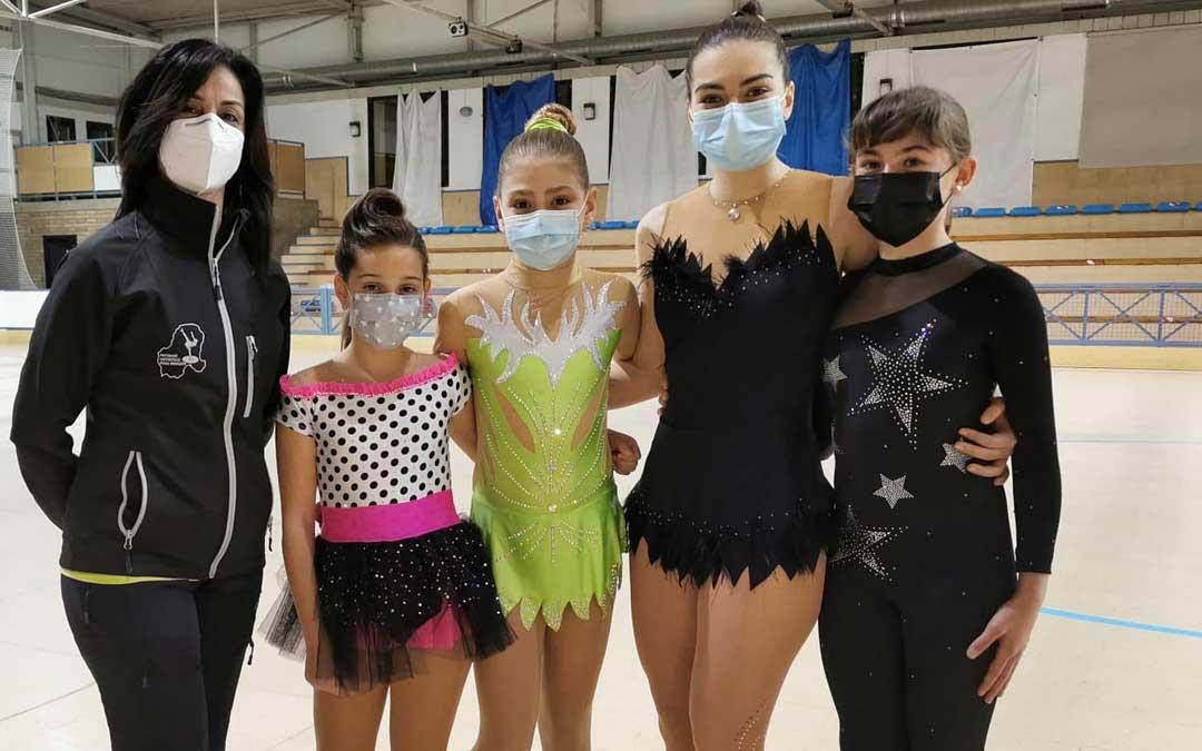 Las patinadoras que junto a su entrenadora disputaron el torneo. Foto: I.R.