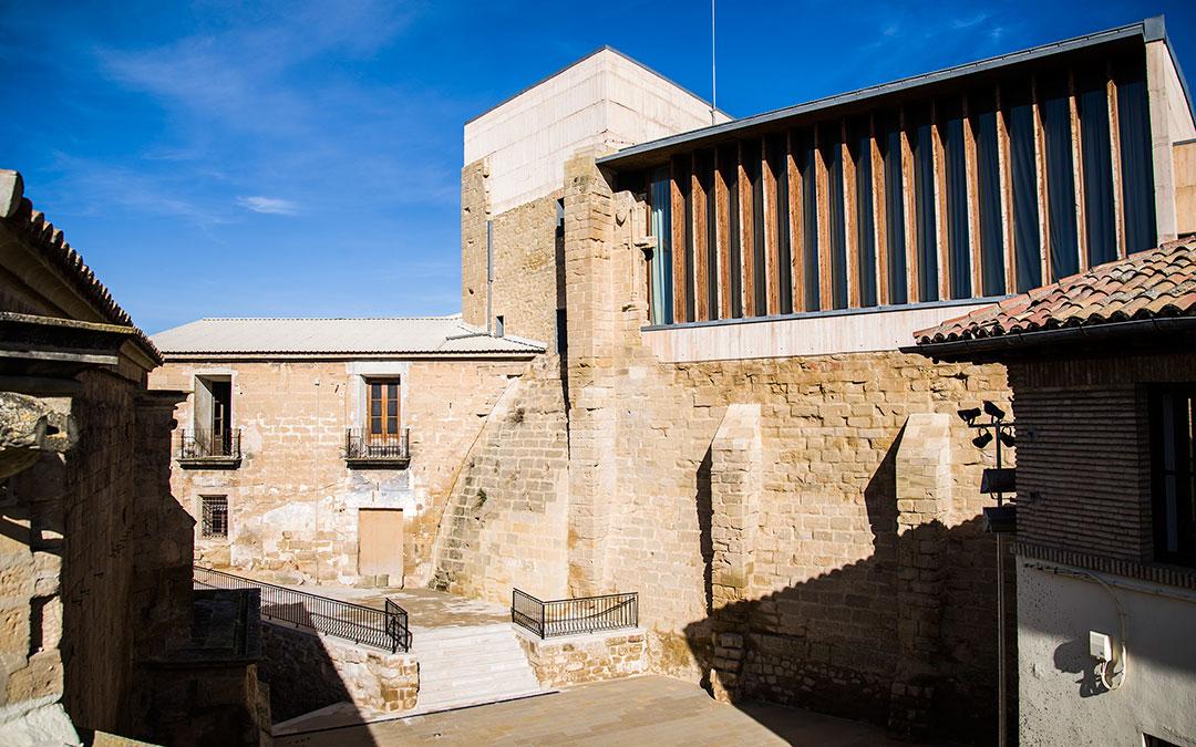 Vista del patio de armas del Castillo del Compromiso . Oficina de Turismo de Caspe.