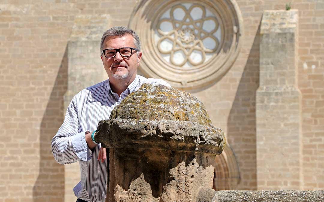 Pedro Villanueva posa en el monumental patio de la Hospedería del Monasterio de Rueda./