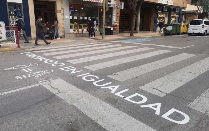 Frases reivindicativas en los pasos de cebra, una exposición itinerante y cuentacuentos virtuales marcan el 8M de Alcañiz