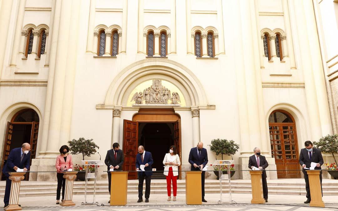 El Presidente de Aragón, Javier Lambán, acompañado por la directora de Turismo, Elena Allué, firma el acuerdo con el sector de la hostelería./DGA