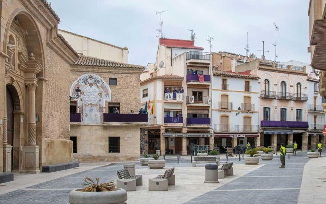 La plaza del Ayuntamiento de Calanda engalanada para la Rompida de la Hora./ L.C.