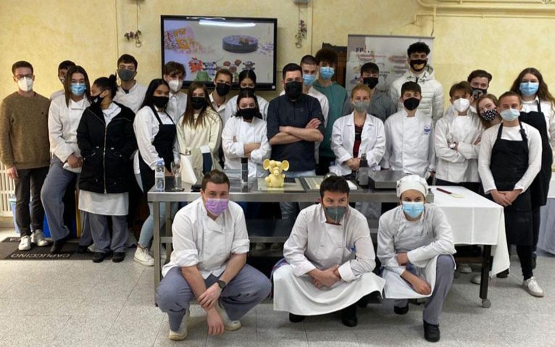 Raúl Bernal con los estudiantes de FP de Cocina y Restauración de la Escuela de Hostelería del IES Mar de Aragón de Caspe.