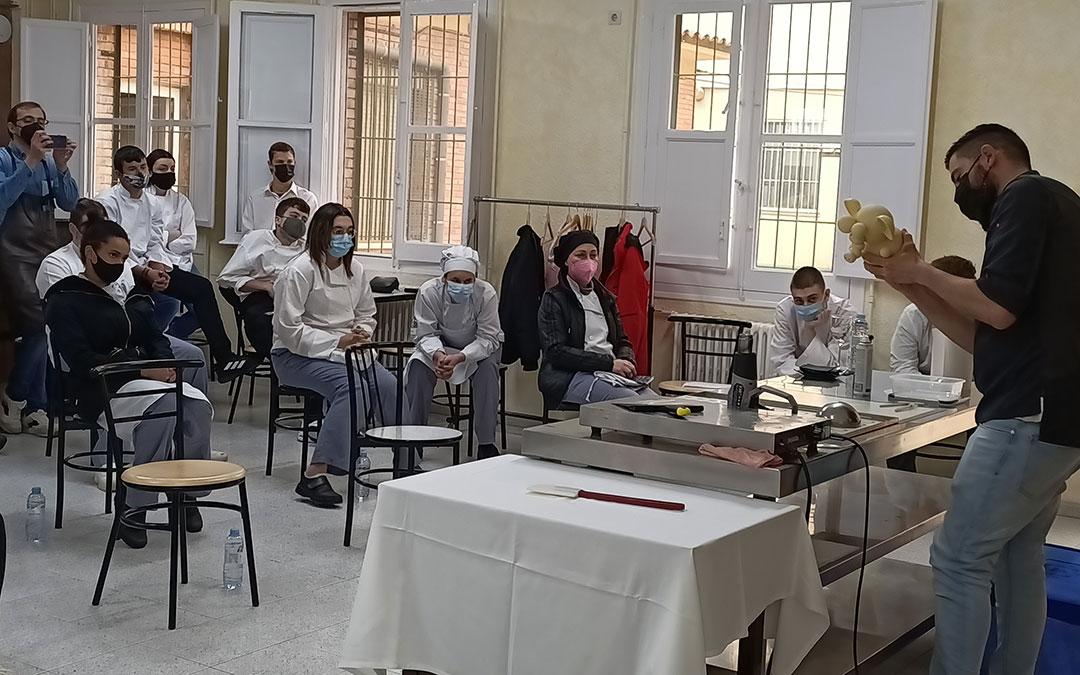 Raúl Bernal dando la Masterclass a los estudiantes de FP de Cocina y Restauración de la Escuela de Hostelería del IES Mar de Aragón de Caspe.