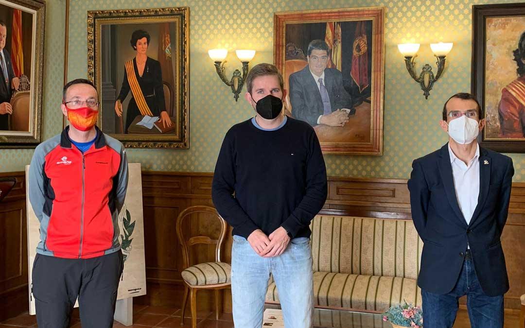 Los represantes del ayuntamiento y de la federación en la casa consistorial. Foto: Facebook I.U.