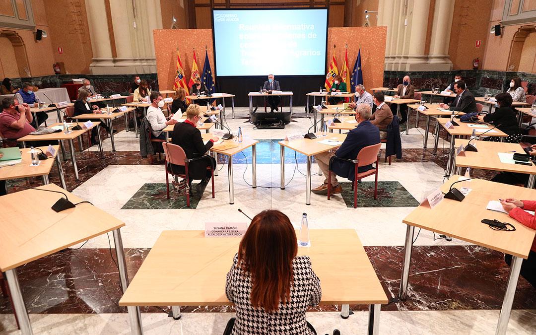 Un momento de la reunión sobre la campaña frutícola en la Sala de la Corona del edificio Pignatelli (Zaragoza)