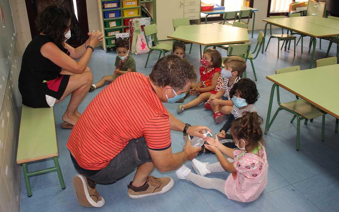 Inicio del curso para niños de primero de Infantil en el colegio público Juan Lorenzo Palmireno de Alcañiz. L. CASTEL